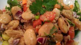 μια υγιεινή και πεντανόστιμη σαλάτα με φασόλια γίγαντες, το αγαπημένο μας κινόα και σάλτσα ταχινιού.