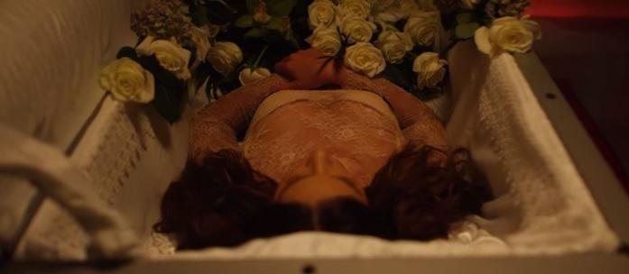Η Στικούδη μπήκε σε φέρετρο και τραγούδησε για την κηδεία της