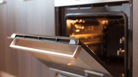 Καμένα λίπη τέλος -Το πανεύκολο κόλπο για να καθαρίσεις την πόρτα του φούρνου χωρίς τρίψιμο