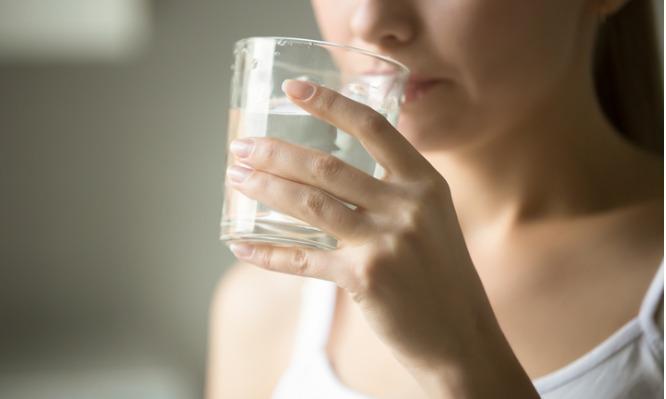 Πίνουν «ωμό νερό»: Η νέα… μόδα στην εναλλακτική διατροφή – Τραβούν τα μαλλιά τους οι γιατροί!