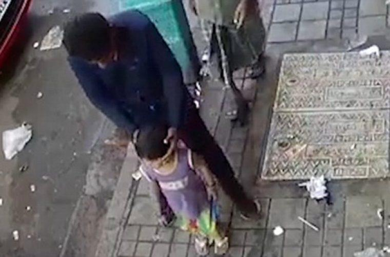 Βίντεο δείχνει πόσο εύκολα γίνονται απαγωγές παιδιών ακόμα και όταν οι γονείς είναι λίγα μέτρα μακριά