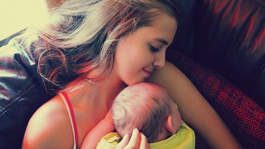 Γίνετε εθελόντριες για να Αγκαλιάζετε Μωρά «Εξαρτημένα από Ουσίες» προκειμένου να τα Βοηθήσετε να Θεραπευτούν!