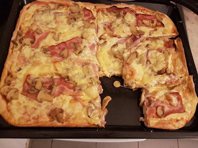 Ζύμη πίτσας είναι του υπεροχότατου Jamie Oliver Είναι απίστευτη, τραγανή και γευστικότατη. Φτιάξτε την και θα ξετρελαθείτε!