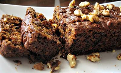 Αφράτο κέικ νηστίσιμο με καρύδια και σταφίδες