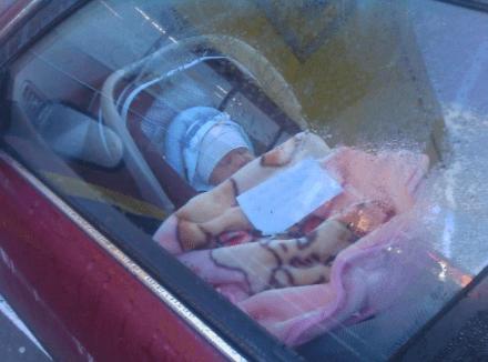 Mια μαμά άφησε το παιδί της μόνο στο καθισματάκι του αυτοκινήτου και άφησε ένα σημείωμα πάνω του που έχει προκαλέσει αντιδράσεις!