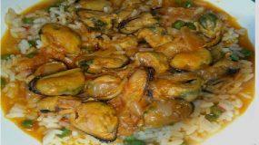 Μύδια σερβιρισμένα με ρύζι και αρακά! Υπέροχο νηστίσιμο Κρύο ή ζεστό – είναι το ίδιο απολαυστικό!!!