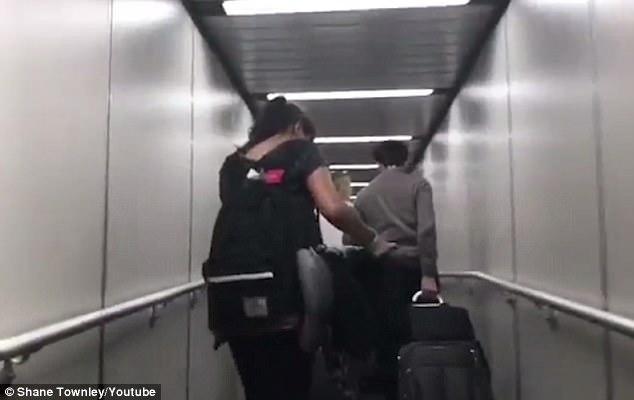 Eπιβάτης αεροπλάνου κατέγραψε παιδί που τσίριζε «δαιμονικά» επί 8 ώρες μέσα σε πτήση. Η αντίδραση της μητέρας προκάλεσε αντιδράσεις!