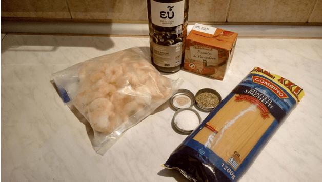 Mε απλά υλικά φτιάξτε την πιο νόστιμη και γρήγορη γαριδομακαρονάδα και σαγανάκι με γαρίδες!