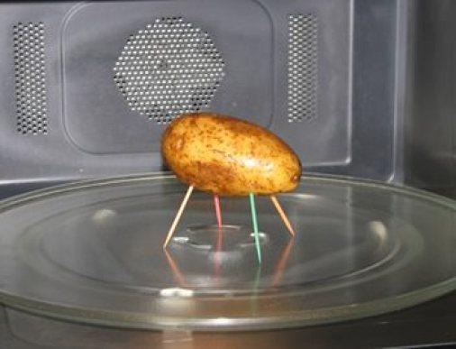 Παίρνει 4 οδοντογλυφίδες και τις τοποθετεί πάνω σε μια πατάτα! Όταν δείτε το αποτέλεσμα θα τα χάσετε!