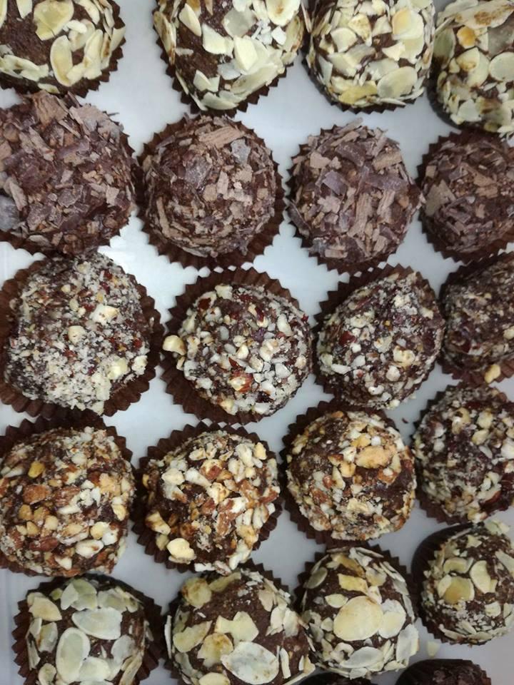 Σοκολάσμενα vegan-αλάδωτα νηστίσιμα τρουφάκια με καρύδα έτοιμα για δάγκωμα