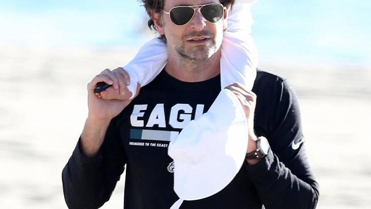 Ο ευτυχισμένος μπαμπάς Bradley Cooper με τη γυναίκα της ζωής του… Την κόρη του