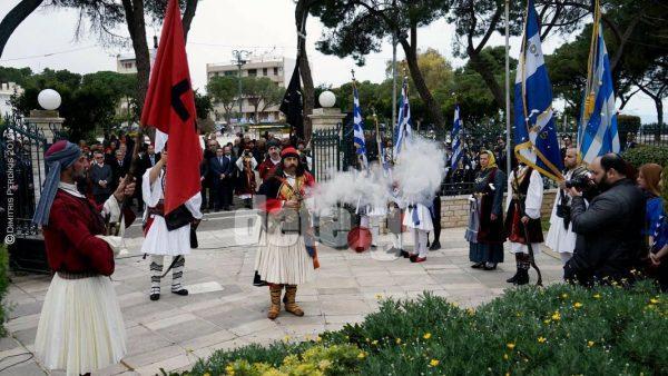 Απίστευτο περιστατικό στο Αίγιο! Άντρας με φουστανέλα πυροβόλησε με καρυοφίλι φωτογράφο στην παρέλαση