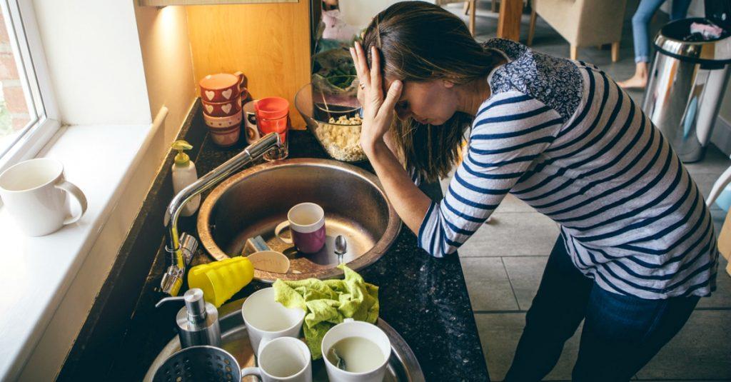 Μια απελπισμένη μητέρα ανέβασε στο Facebook μήνυμα για τους άντρες που δε βοηθούν στο σπίτι και έγινε viral