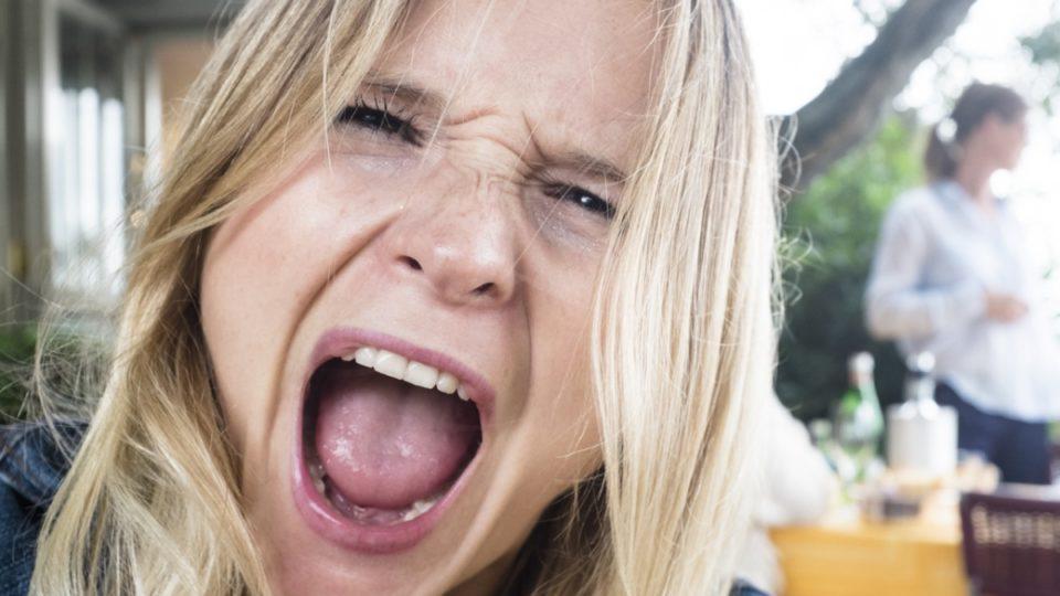 Σύμφωνα με ψυχολόγους αυτοί που βρίζουν είναι πιο έξυπνοι και έχουν χιούμορ!