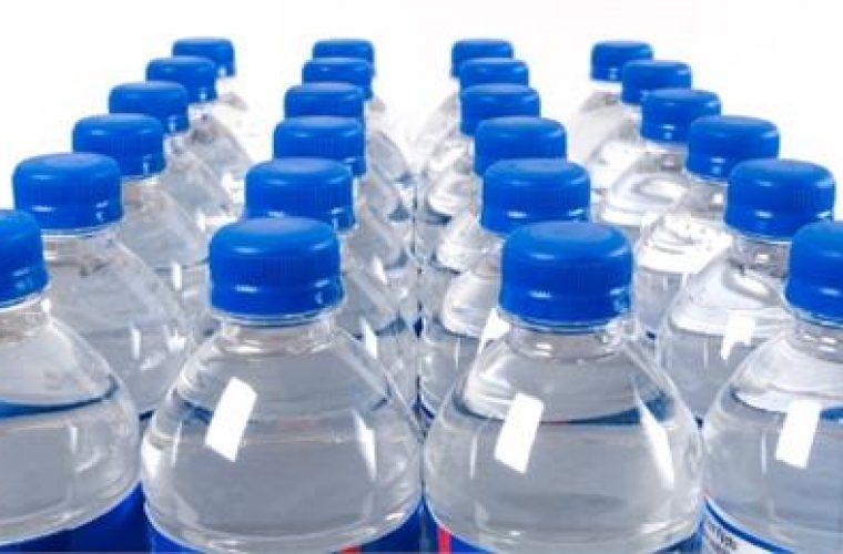 Πάνω από το 90% των μπουκαλιών εμφιαλωμένου νερού περιέχουν μικροσκοπικά κομμάτια πλαστικού,
