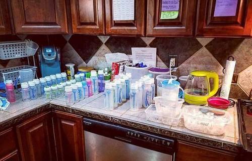 Η ζωή ενός ζευγαριού με πεντάδυμα: 60 πάνες, 20 αλλαξιές και 40 μπουκάλια γάλα μόνο σε μία ημέρα