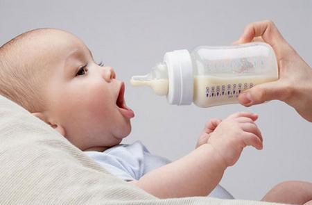 """Μπορεί το """"ξένο"""" γάλα να ενισχύσει το μητρικό θηλασμό; Τι απαντά νέα έρευνα"""