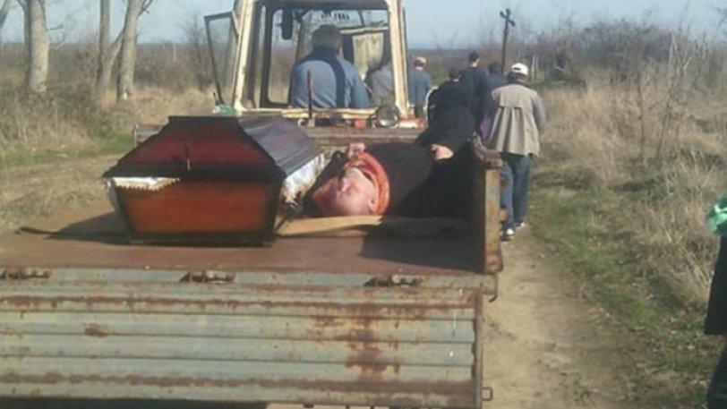 Απίστευτο περιστατικό!!Παπάς ήπιε τόσο που κοιμήθηκε και τον πήγαν στην κηδεία με τρακτέρ μαζί με το φέρετρο! (pics)