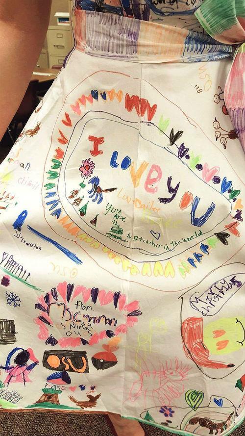 Φανταστική δασκάλα! Επέτρεψε στους μαθητές της να ζωγραφίσουν το λευκό της φόρεμα