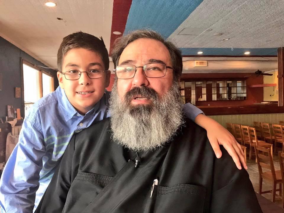 Ο 11 χρονος που είναι ιδιοφυϊα, και γιος Ελληνορθόδοξου ιερέα απαντάει στον Χόκινγκ: «Κι όμως υπάρχει Θεός»