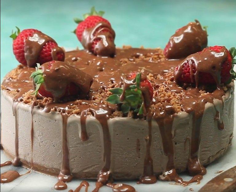 Απολαυστική τούρτα παγωτό με σοκολάτα Mars! μπορεί να φτιάξει ακόμα κι ο πιο αρχάριος της παρέας