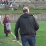 Ελληνίδα γιαγιά εισβάλει σε γήπεδο εν ώρα αγώνα και γίνεται viral