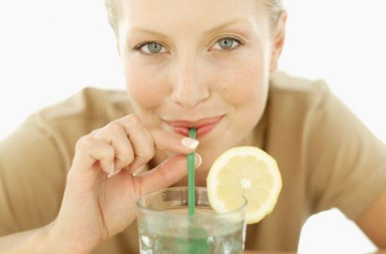 Χρησιμοποιείτε καλαμάκι; Δείτε ποιες «παρενέργειες» έχει στην υγεία και την εμφάνισή σας
