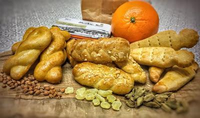 Κουλουράκια Πασχαλινά μυρωδάτα, με αρώματα απο τσουρέκι· μαστίχα, κάρδαμο, μαχλέπι και πορτοκάλι.