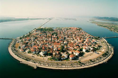 Η μικρή Βενετία της Ελλάδας: Το μικρό νησάκι καταμεσής της λιμνοθάλασσας που εντυπωσιάζει