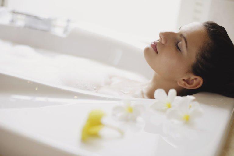 Σύμφωνα με επιστήμονες ένα ζεστό μπάνιο ισοδυναμεί με περπάτημα 30 λεπτών