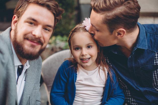 Τη δυνατότητα σε ομόφυλα ζευγάρι να γίνουν ανάδοχοι γονείς, δίνει το νομοσχέδιο περί αναδοχής και υιοθεσίας