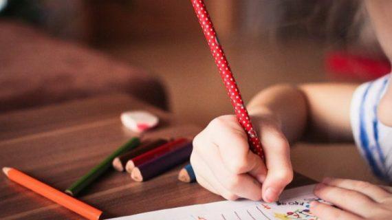 SOS: Τα παιδιά σταματούν να γράφουν λόγω υπολογιστών – Τεράστιος ο κίνδυνος