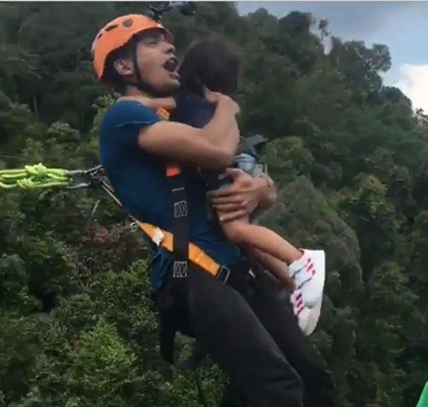Πατέρας αγκαλιάζει σφιχτά την 2 ετών κόρη του και κάνει μπάντζι τζάμπινγκ