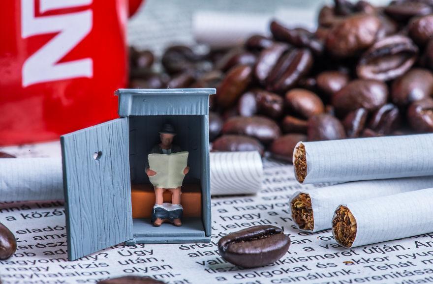 Άνδρας δημιουργεί ένα σουρεαλιστικό μικρόκοσμο από καθημερινά αντικείμενα