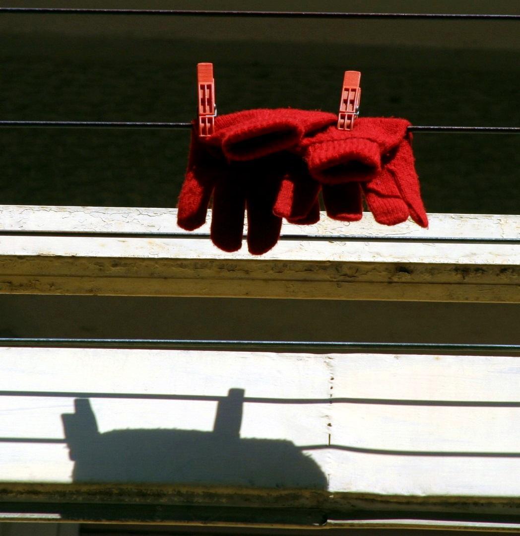 Γιατί την Μεγάλη Πέμπτη κρεμάμε κάτι κόκκινο στο μπαλκόνι;