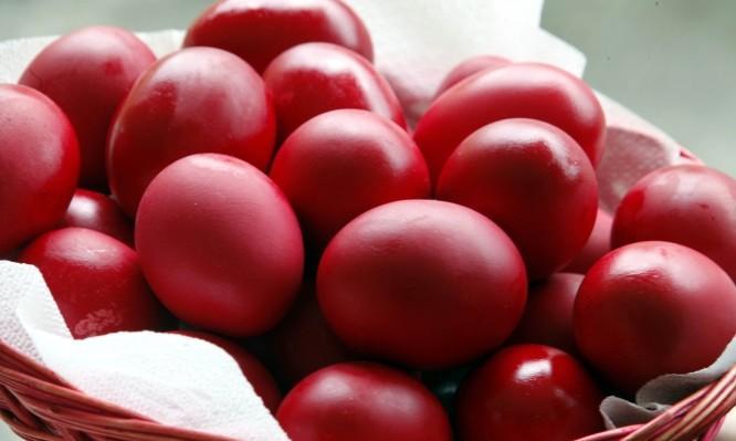 Προσοχή με τα βαμμένα αυγά – Μέχρι πόσο μένουν εκτός ψυγείου; Θα πάθετε σοκ