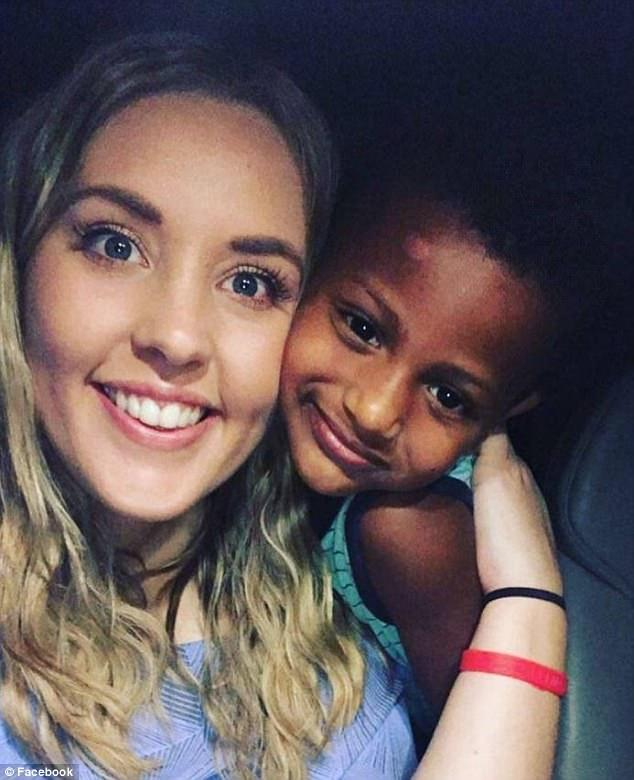 Μια 26χρονη δασκάλα υιοθέτησε τον φτωχό ζωηρό μαθητή της και το μικρό του αδερφό και οι τρεις τους είναι πιο ευτυχισμένοι από ποτέ