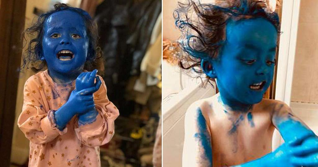 Ένα άτακτο 3χρονο κοριτσάκι μεταμορφώθηκε σε στρουμφάκι όταν βρήκε μια μπλε μπογιά για το πρόσωπο