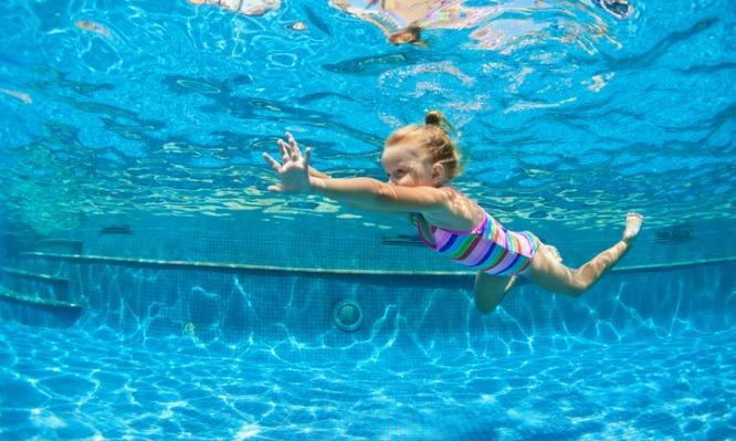 Σοκαριστικό: 4χρονη παραλίγο να πεθάνει επειδή ήπιε νερό πισίνας – Τι είναι ο ξηρός πνιγμός