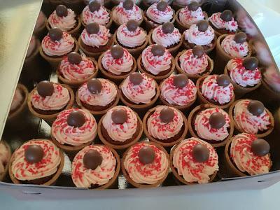 Πεντανόστιμα Cupcakes φράουλας με κομμάτια kiss σε χωνάκια παγωτού  !!!