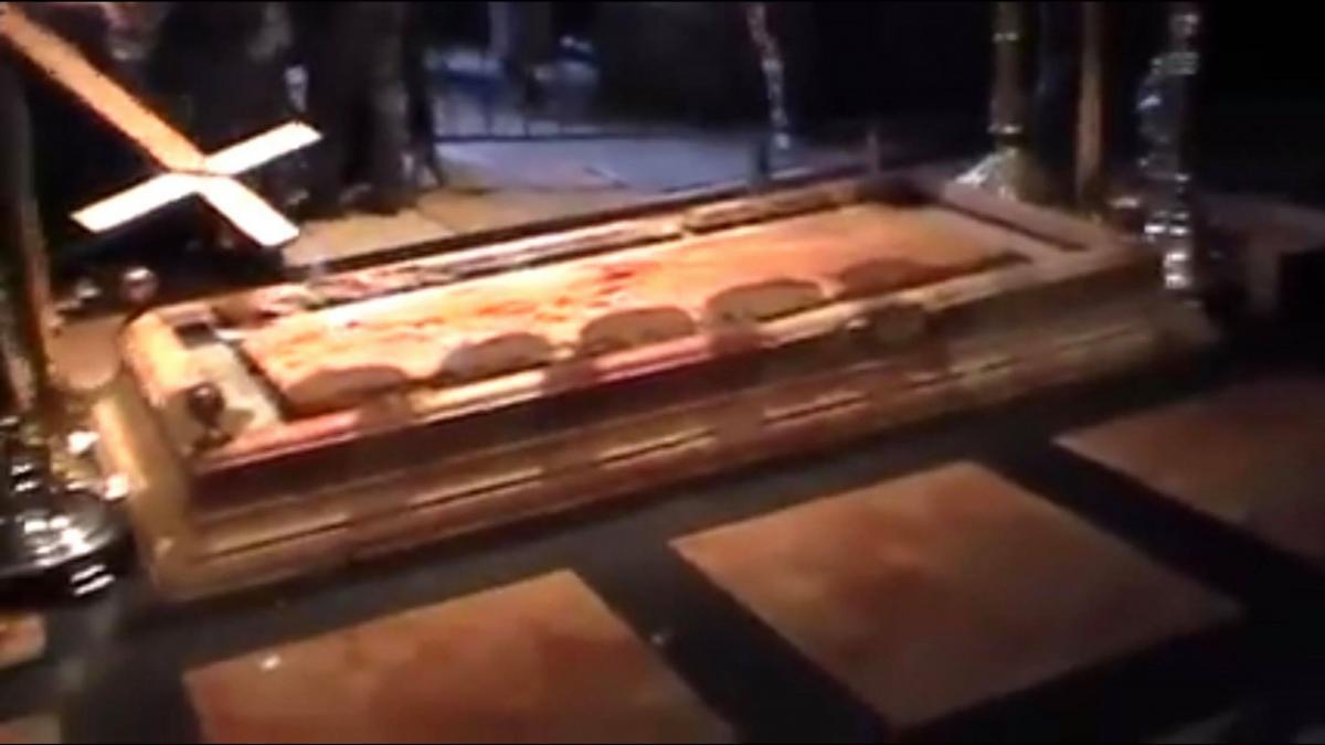 Ενα συγκλονιστικό γεγονός – Όταν μάτωσε η πλάκα της Αγίας Αποκαθήλωσης στα Ιεροσόλυμα (ΒΙΝΤΕΟ)