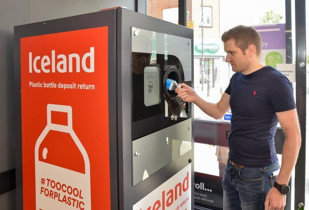 Εκπληκτικό! Βρετανικό σούπερμαρκετ πληρώνει τους πολίτες του για να ανακυκλώνουν τα πλαστικά μπουκάλια