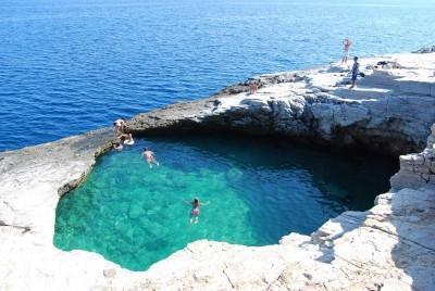 Γκιόλα: «Το δάκρυ της Αφροδίτης». Η φυσική πισίνα που τη χωρίζουν μερικά εκατοστά από την θάλασσα