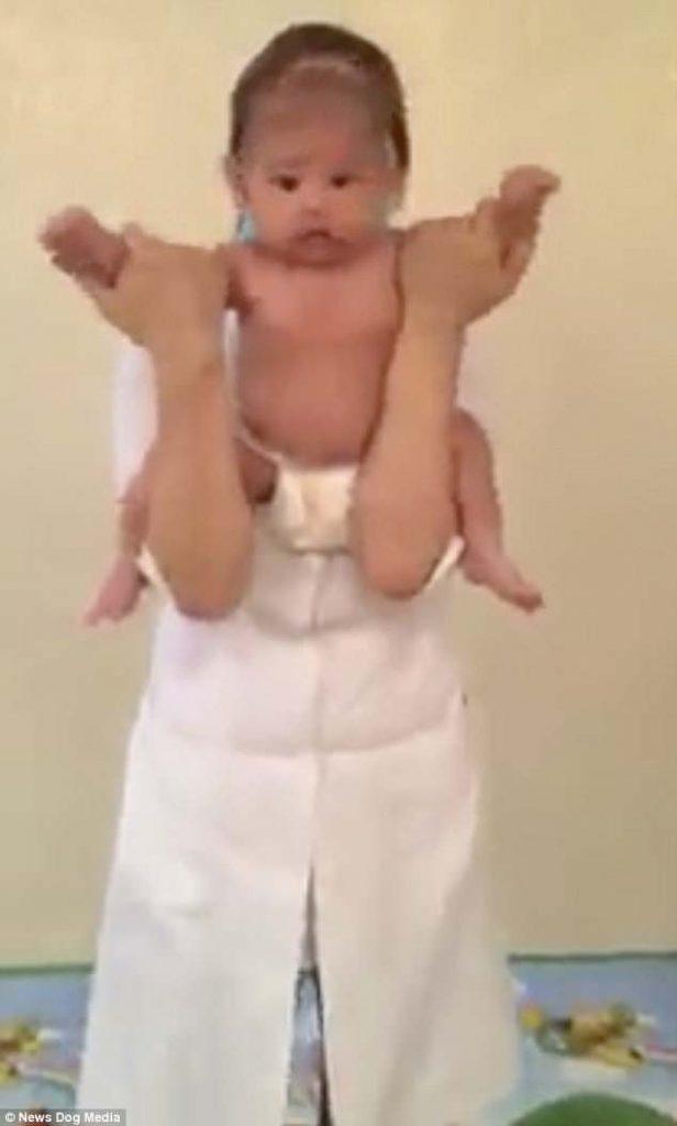 Σοκαριστικό: Γυναίκα περιστρέφει μωρό από τα χέρια και το κεφάλι του για να του κάνει μασάζ