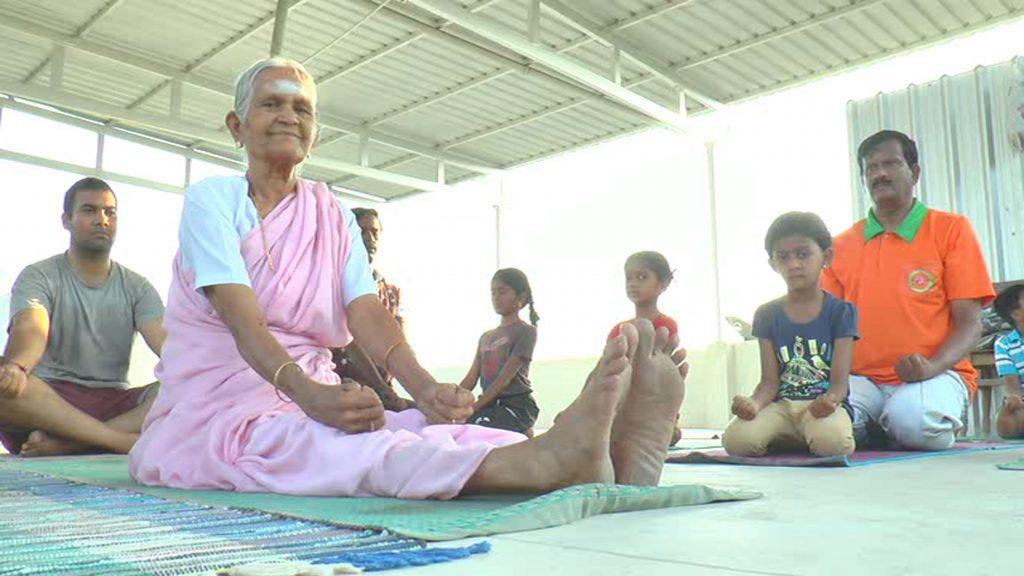 Είναι 99 χρονών δασκάλα γιόγκα, δεν έχει αρρωστήσει ποτέ και αποκαλύπτει το μυστικό της μακροζωίας
