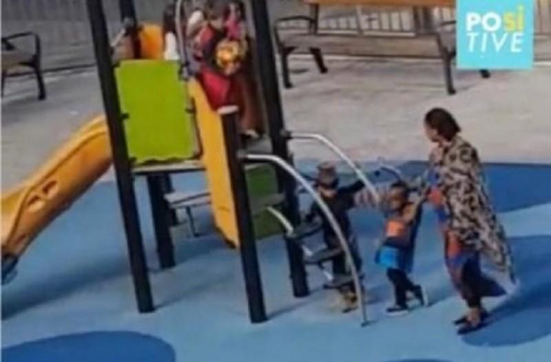 Απίστευτο περιστατικό: 6χρονα χτυπούν παιδάκι στην παιδική χαρά επειδή είναι μαύρο