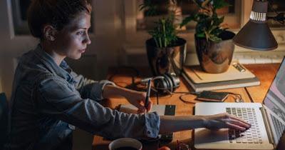 Νέα έρευνα: Οι έξυπνοι άνθρωποι βρίζουν, κοιμούνται αργά και είναι ακατάστατοι!