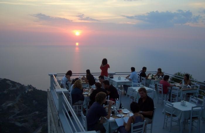 Απίστευτο! Το μοναδικό εστιατόριο της Ελλάδας όπου μπορείς να φας.. πάνω από τα σύννεφα!