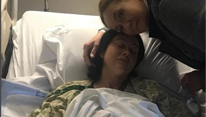H Shannen Doherty παλεύει ξανά με τον καρκίνο. Η συγκλονιστική φωτογραφία με τη μαμά της από το νοσοκομείο