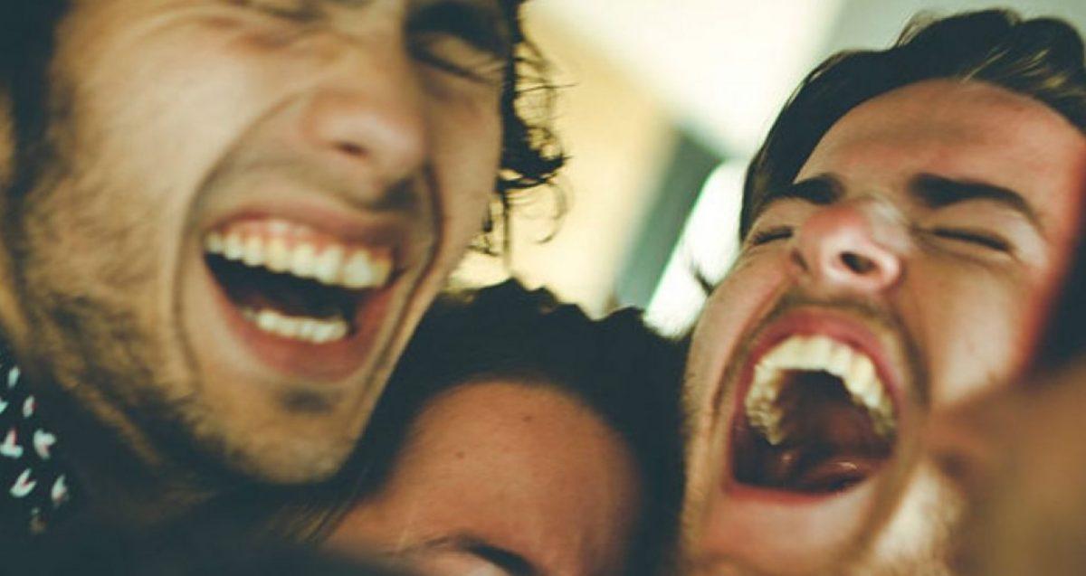 Όλοι έχουμε έναν φίλο που μας κάνει να δακρύζουμε και μόνο με το γέλιο του